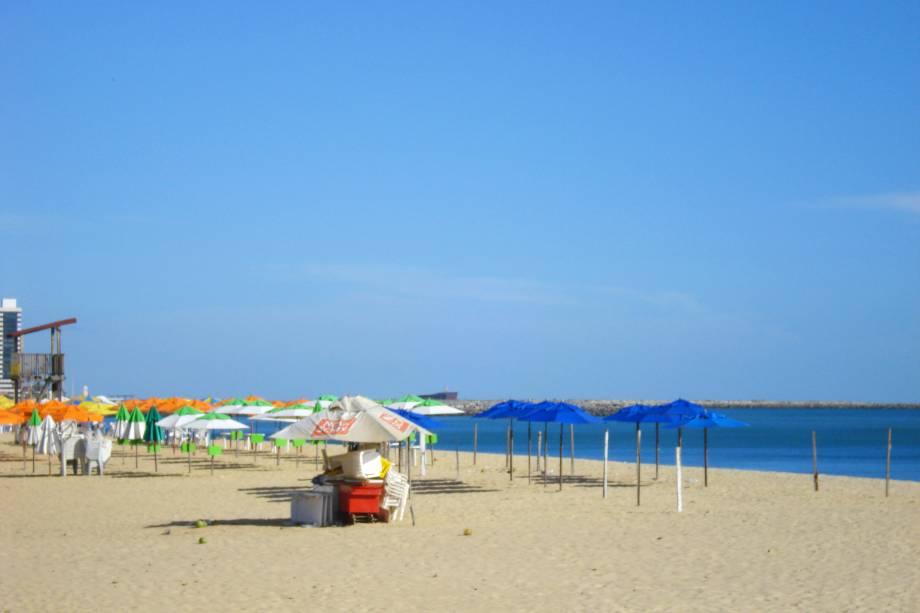 """A boa infraestrutura hoteleira valoriza a orla urbana da praia. Por aqui, a melhor opção é fazer uma boa caminhada ou corrida pelo calçadão, tendo o pôr do sol como companhia. É nesse horário, inclusive, que se iniciam as atividades da <a href=""""http://viajeaqui.abril.com.br/estabelecimentos/br-ce-fortaleza-atracao-feira-noturna"""" target=""""_self"""">Feirinha Beira-Mar</a>, com ótimas opções de comprinhas"""