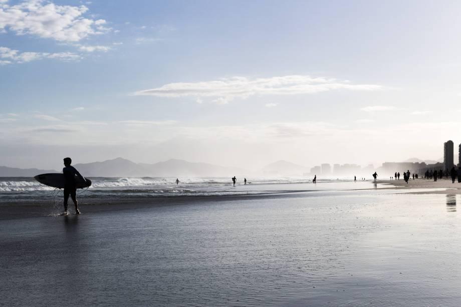 """Morto em um acidente de asa-delta no <a href=""""http://viajeaqui.abril.com.br/paises/japao"""" target=""""_blank"""">Japão</a>, em 1991, aos 34 anos, Pepê Lopes foi um dos pioneiros do surfe brasileiro e campeão mundial de voo livre. Foi também empresário: a Barraca do Pepê, inaugurada por ele no trecho da <a href=""""http://viajeaqui.abril.com.br/estabelecimentos/br-rj-rio-de-janeiro-atracao-praia-da-barra-barra-da-tijuca"""" target=""""_blank"""">Praia da Barra</a> que leva seu nome, até hoje vende lanches naturais. Enquanto não chega a hora do jantar, engane a fome com um milkshake ou o saboroso sanduíche de frango com curry. <em>Avenida do Pepê, quiosque 11 (Barra da Tijuca), 2433-1400</em>"""