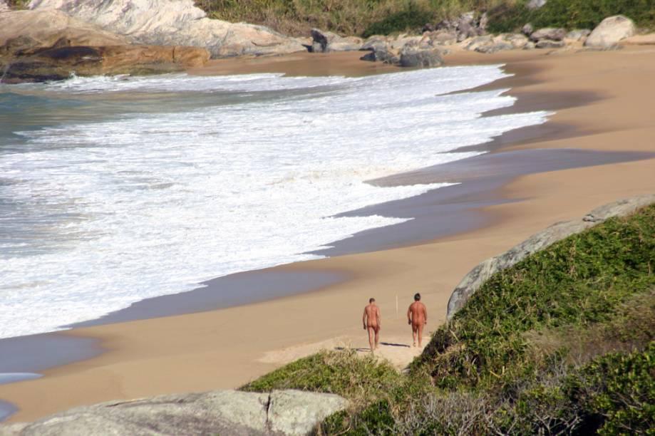"""<strong>7.<a href=""""http://viajeaqui.abril.com.br/estabelecimentos/br-sc-balneario-camboriu-atracao-praia-do-pinho"""" rel=""""Praia do Pinho, Balneário Camboriú, Santa Catarina"""">Praia do Pinho, Balneário Camboriú, Santa Catarina</a></strong>Não é preciso tirar a roupa para conhecer a primeira praia oficial de naturismo do país, com ondas fortes e costões cobertos de mata nativa. No estacionamento e na pousada localizada na propriedade, muita gente não adere ao nu – há quem venha só para tomar uma cerveja e observar o movimento na areia - quem pisar nela deve tirar a roupa"""