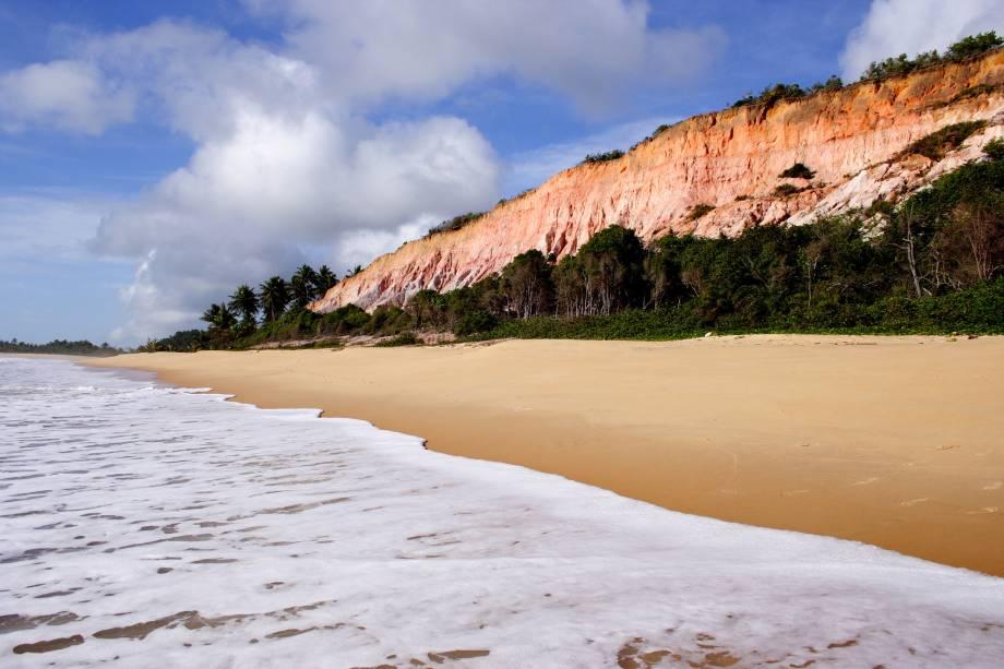 """<strong>12.<a href=""""http://viajeaqui.abril.com.br/estabelecimentos/br-ba-trancoso-atracao-praia-do-rio-da-barra"""" target=""""_blank"""" rel=""""noopener"""">Praia do Rio da Barra</a> – <a href=""""http://viajeaqui.abril.com.br/cidades/br-ba-trancoso"""" target=""""_blank"""" rel=""""noopener"""">Trancoso (BA)</a></strong>A partir da praia dos Nativos, siga caminhando em direção a Arraial da Ajuda. Após 40 minutos, você chegará na Praia do Rio da Barra, ótimo lugar para curtir o sossego. Escolha uma barraca e admire o belo cenário: de um lado, você terá a foz de um rio, de outro as falésias. <a href=""""https://www.booking.com/searchresults.pt-br.html?aid=332455&lang=pt-br&sid=eedbe6de09e709d664615ac6f1b39a5d&sb=1&src=searchresults&src_elem=sb&error_url=https%3A%2F%2Fwww.booking.com%2Fsearchresults.pt-br.html%3Faid%3D332455%3Bsid%3Deedbe6de09e709d664615ac6f1b39a5d%3Bclass_interval%3D1%3Bdest_id%3D900050228%3Bdest_type%3Dcity%3Bdtdisc%3D0%3Bfrom_sf%3D1%3Bgroup_adults%3D2%3Bgroup_children%3D0%3Binac%3D0%3Bindex_postcard%3D0%3Blabel_click%3Dundef%3Bno_rooms%3D1%3Boffset%3D0%3Bpostcard%3D0%3Braw_dest_type%3Dcity%3Broom1%3DA%252CA%3Bsb_price_type%3Dtotal%3Bsearch_selected%3D1%3Bsrc%3Dindex%3Bsrc_elem%3Dsb%3Bss%3DPraia%2520do%2520Espelho%252C%2520%25E2%2580%258BBahia%252C%2520%25E2%2580%258BBrasil%3Bss_all%3D0%3Bss_raw%3DPraia%2520do%2520Espelho%3Bssb%3Dempty%3Bsshis%3D0%26%3B&ss=Praia+Rio+da+Barra%2C+%E2%80%8BTrancoso%2C+%E2%80%8BBahia%2C+%E2%80%8BBrasil&ssne=Praia+do+Espelho&ssne_untouched=Praia+do+Espelho&city=900050228&checkin_monthday=&checkin_month=&checkin_year=&checkout_monthday=&checkout_month=&checkout_year=&no_rooms=1&group_adults=2&group_children=0&from_sf=1&ss_raw=Praia+do+Rio+da+Barra&ac_position=0&ac_langcode=xb&dest_id=248507&dest_type=landmark&search_pageview_id=42cc81b478d60120&search_selected=true&search_pageview_id=42cc81b478d60120&ac_suggestion_list_length=5&ac_suggestion_theme_list_length=0"""" target=""""_blank"""" rel=""""noopener""""><em>Busque hospedagens na Praia do Rio da Barra no Booking.com<"""
