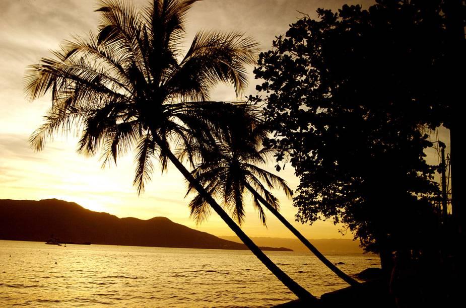 Durante o verão, o mar da Praia do Saco da Capela fica tomado por barcos-baladas