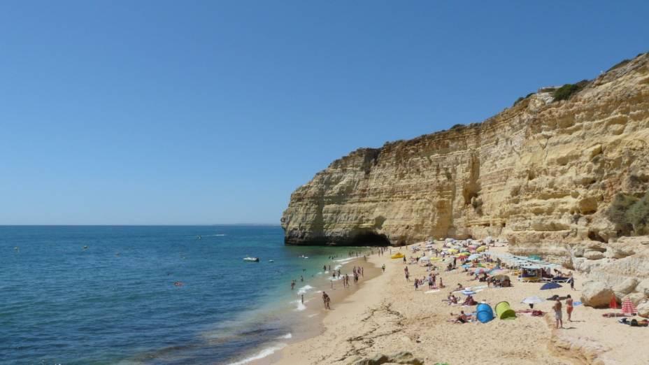 """Além de poder aproveitar a belaza e a superestrutura da praia, com restaurantes, bares e banheiros, também vale a pena notar as rochas da região que sofreram com a erosão do mar até adquirirem formas interessantes.<a href=""""http://www.booking.com/city/pt/carvoeiro.pt-pt.html?aid=332455&label=viagemabril-praiasportugal"""" target=""""_blank"""" rel=""""noopener noreferrer""""><em>Reserve o seu hotel perto da praia do Vale Centeanes através do Booking.com</em></a>"""