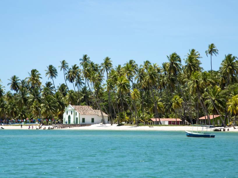 """<strong>Carneiros (PE)</strong><a href=""""http://viajeaqui.abril.com.br/estabelecimentos/br-pe-tamandare-atracao-dos-carneiros""""><strong> </strong></a> As praias mais desertas do litoral sul de Pernambuco estão no município de Tamandaré, onde fica a Praia dos Carneiros. Mar calmo, areia branca, piscinas naturais de água morna com peixinhos coloridos e uma igrejinha super fofa construída no século 18 completam o cenário de sonho de Carneiros. <a href=""""https://www.booking.com/searchresults.pt-br.html?aid=332455&lang=pt-br&sid=14fcbdfa23db223e04a3ec34ecada6b2&sb=1&src=searchresults&src_elem=sb&error_url=https%3A%2F%2Fwww.booking.com%2Fsearchresults.pt-br.html%3Faid%3D332455%3Bsid%3D14fcbdfa23db223e04a3ec34ecada6b2%3Bcity%3D-644296%3Bclass_interval%3D1%3Bdest_id%3D900048482%3Bdest_type%3Dcity%3Bdtdisc%3D0%3Bgroup_adults%3D2%3Bgroup_children%3D0%3Binac%3D0%3Bindex_postcard%3D0%3Blabel_click%3Dundef%3Bno_rooms%3D1%3Boffset%3D0%3Bpostcard%3D0%3Braw_dest_type%3Dcity%3Broom1%3DA%252CA%3Bsb_price_type%3Dtotal%3Bsearch_selected%3D1%3Bsrc%3Dsearchresults%3Bsrc_elem%3Dsb%3Bss%3DFernando%2520de%2520Noronha%252C%2520Pernambuco%252C%2520Brasil%3Bss_all%3D0%3Bss_raw%3Dfernando%3Bssb%3Dempty%3Bsshis%3D0%3Bssne_untouched%3DGalinhos%26%3B&ss=Praia+dos+Carneiros%2C+Tamandar%C3%A9%2C+Pernambuco%2C+Brasil&ssne=Fernando+de+Noronha&ssne_untouched=Fernando+de+Noronha&city=900048482&checkin_monthday=&checkin_month=&checkin_year=&checkout_monthday=&checkout_month=&checkout_year=&no_rooms=1&group_adults=2&group_children=0&highlighted_hotels=&from_sf=1&ss_raw=carneiros&ac_position=0&ac_langcode=xb&dest_id=257832&dest_type=landmark&search_pageview_id=067996123d69017e&search_selected=true&search_pageview_id=067996123d69017e&ac_suggestion_list_length=5&ac_suggestion_theme_list_length=0"""" target=""""_blank"""" rel=""""noopener"""">Busque hospedagens na Praia dos Carneiros</a>"""