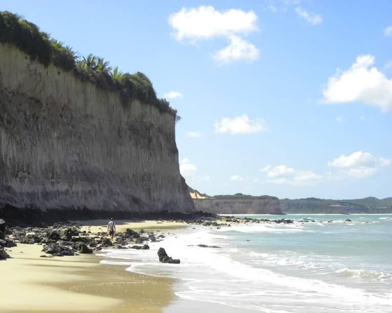 """<strong><a href=""""http://viajeaqui.abril.com.br/estabelecimentos/br-rn-praia-da-pipa-atracao-praia-do-curral"""" target=""""_self"""">Praia do Curral (dos Golfinhos)</a>, <a href=""""http://viajeaqui.abril.com.br/cidades/br-rn-praia-da-pipa"""" target=""""_self"""">Pipa</a></strong> Se quiser fugir da badalação das praias mais famosas da região, esse é o destino certo: ao longo de sua faixa de areia, quase não se nota barracas. As falésias avermelhadas que contornam a orla são um dos pontos fortes do local, onde se pode nadar com golfinhos <em><a href=""""http://www.booking.com/city/br/pipa.pt-br.html?aid=332455&label=viagemabril-praias-do-rio-grande-do-norte"""" target=""""_blank"""" rel=""""noopener"""">Veja preços de hotéis na Praia da Pipa no Booking.com</a></em>"""