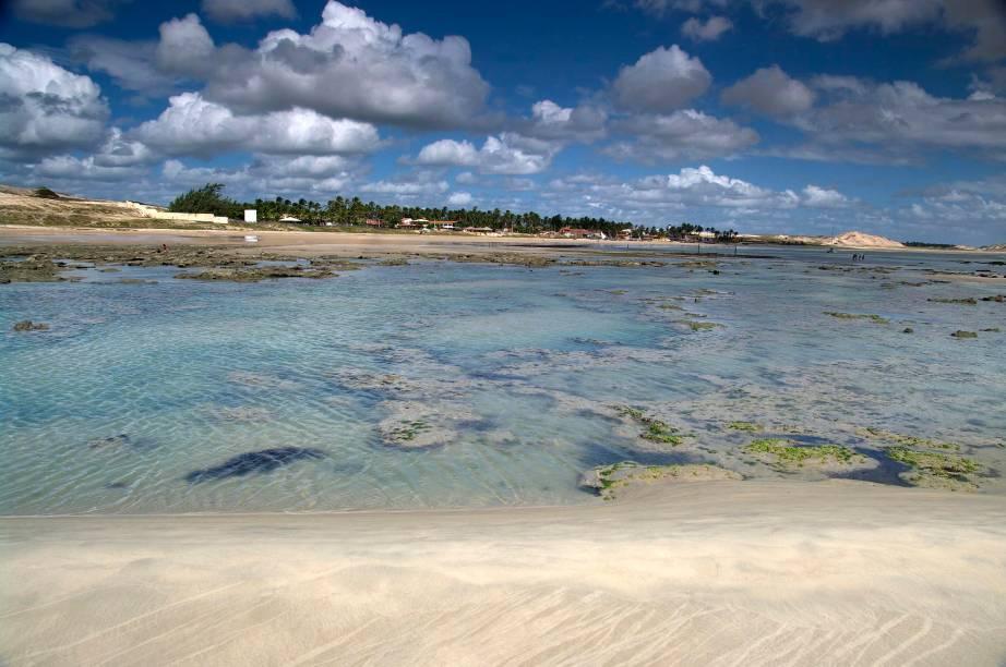 A cada dia que passa, a praia atrai mais e mais hóspedes. Apesar disso, o que prevalece por aqui é a tranquilidade da vila de pescadores. O mar de ondas fracas é uma boa pedida para fazer mergulhos