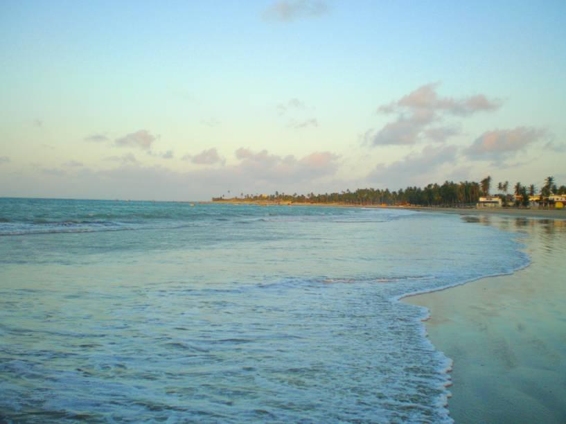 A principal praia dessa simpática vila litorânea é extensa e extremamente tranquila. Eis aqui mais uma boa opção para os praticantes de kitesurfe, visto que a região é o lar de ventos constantes. O mar esverdeado é outro ponto positivo