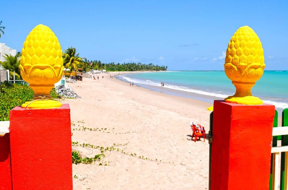 """A<a href=""""http://viajeaqui.abril.com.br/estabelecimentos/br-al-maceio-atracao-praia-ipioca"""" target=""""_blank"""">Praia de Ipioca</a>fica a 24 quilômetros do centro de Maceió. Tão perto que é possível pegar um ônibus de linha na capital alagoana e descer na praia de Ipioca. Enorme – e por isso mesmo quase desértica, – essa praia tem o mar tão esverdeado que fica quase impossível resistir a um banho. Para quem curte nadar no balanço calmo das ondas, a praia é ideal"""
