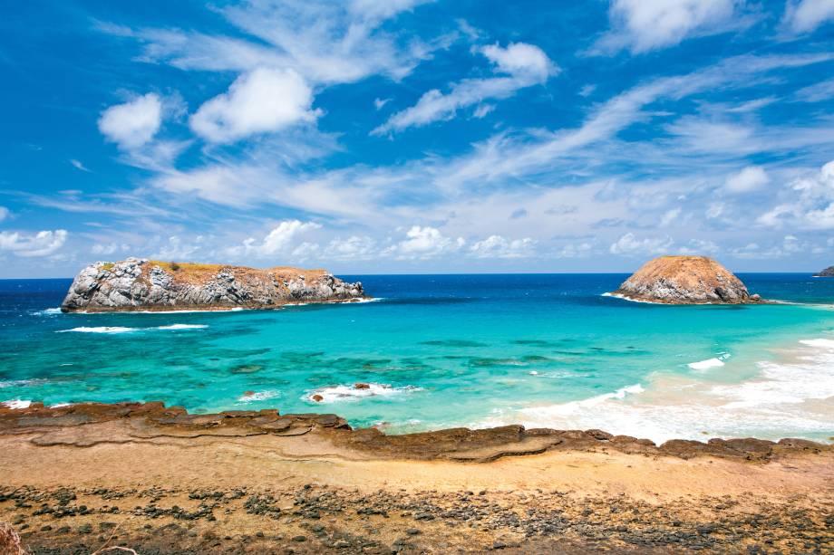 """A <strong>Praia do Leão</strong>, considerada a maior de<strong> Fernando de Noronha</strong>, <strong>Pernambuco</strong>, é também a que tem maior índice de desova de tartarugas marinhas. É uma das praias mais desertas do arquipélago.<em><a href=""""https://www.booking.com/searchresults.pt-br.html?aid=332455&lang=pt-br&sid=eedbe6de09e709d664615ac6f1b39a5d&sb=1&src=index&src_elem=sb&error_url=https%3A%2F%2Fwww.booking.com%2Findex.pt-br.html%3Faid%3D332455%3Bsid%3Deedbe6de09e709d664615ac6f1b39a5d%3Bsb_price_type%3Dtotal%26%3B&ss=Praia+do+Le%C3%A3o%2C+Fernando+de+Noronha%2C+Pernambuco%2C+Brasil&checkin_monthday=&checkin_month=&checkin_year=&checkout_monthday=&checkout_month=&checkout_year=&no_rooms=1&group_adults=2&group_children=0&from_sf=1&search_pageview_id=e9d68685854103b8&ac_suggestion_list_length=5&ac_suggestion_theme_list_length=0&ac_position=0&ac_langcode=xb&dest_id=256184&dest_type=landmark&search_pageview_id=e9d68685854103b8&search_selected=true&ss_raw=Praia+do+Le%C3%A3o&map=1"""" target=""""_blank"""" rel=""""noopener"""">Busque hospedagens na Praia do Leão.</a></em>"""