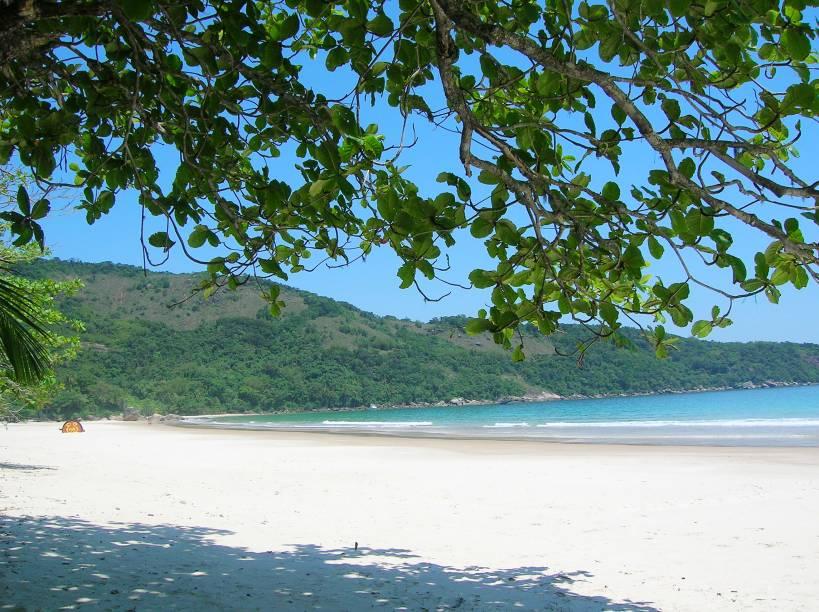 """<strong>3. Pegar uma praia deserta em <a href=""""http://viajeaqui.abril.com.br/estabelecimentos/br-rj-ilha-grande-atracao-praia-lopes-mendes"""" rel=""""Lopes Mendes"""" target=""""_blank"""">Lopes Mendes</a></strong>            Vinte e cinco anos atrás, quando queria fugir dos holofotes, Ayrton Senna pegava sua lancha e fugia para o isolamento dessa praia, já então considerada <a href=""""http://viajeaqui.abril.com.br/materias/as-10-melhores-praias-do-brasil"""" rel=""""uma das dez mais bonitas do Brasil"""" target=""""_blank"""">uma das dez mais bonitas do Brasil</a>, mas ainda assim sem vivalma por perto. Se estivesse vivo, nosso eterno campeão podia continuar fazendo o mesmo, porque, a despeito da fama, Lopes Mendes segue linda e praticamente deserta. Ou, dependendo do dia da visita, quase isso.            Não há casas, barracas, infames cadeiras de plástico nem nenhum vestígio de civilização na praia, embora ela possa ser acessada por uma rápida trilha, a partir da Enseada das Palmas, no lado mais movimentado da ilha. A areia é tão fininha que emite """"ics"""", """"ics"""" sob os pés, e tão branca que mais parece farinha. Já o mar é bem verde e tem ondas vigorosas que fazem a alegria dos surfistas, quase sempre os únicos seres vivos na paisagem. Mas, como eles sempre preferem as ondas em vez da areia, relaxe: Lopes Mendes continuará sendo só sua, como era no tempo em que servia de esconderijo para seu mais famoso frequentador"""