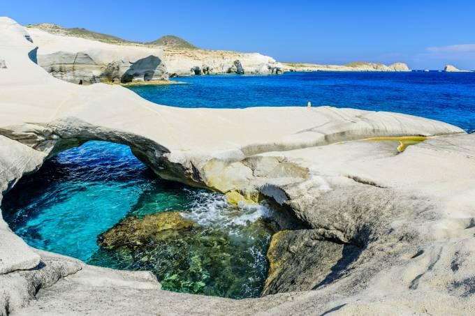 Praia Sarakiniko na ilha de Milos, Grécia