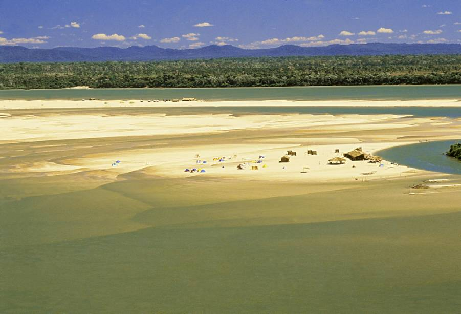 """<strong>Praias fluviais do <a href=""""http://viajeaqui.abril.com.br/cidades/br-to-rio-araguaia"""" rel=""""Rio Araguaia"""" target=""""_blank"""">Rio Araguaia</a></strong> (TO)    A população local e os turistas curtem as praias fluviais do Rio Araguaia em julho. Além de se divertir de jet ski e banana boat, dá para fazer passeios de barcos e admirar a rica fauna local: botos, tartarugas e uma variedade de pássaros podem ser avistados. Há hotéis (poucos e simples) nas cidades de <a href=""""http://viajeaqui.abril.com.br/cidades/br-go-aruana"""" rel=""""Aruanã"""">Aruanã (GO)</a> e Conceição do Araguaia."""