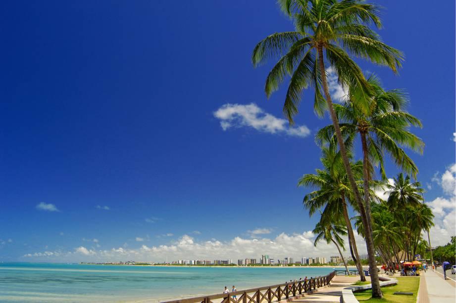 """A orla urbana de Maceió não deixa a desejar: uma das três praias mais conhecidas da cidade, <a href=""""http://viajeaqui.abril.com.br/estabelecimentos/br-al-maceio-atracao-praia-ponta-verde"""">Ponta Verde</a>, é também uma das mais movimentadas: é aqui que estão duas das melhores barracas da capital, a <a href=""""http://viajeaqui.abril.com.br/estabelecimentos/br-al-maceio-atracao-lopana"""" target=""""_blank"""">Lopana</a> e a <a href=""""http://viajeaqui.abril.com.br/estabelecimentos/br-al-maceio-atracao-kanoa"""" target=""""_blank"""">Kanoa</a>"""