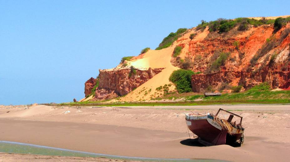 """Localizada a aproximadamente 50 quilômetros de <a href=""""http://viajeaqui.abril.com.br/cidades/br-ce-canoa-quebrada"""" target=""""_self"""">Canoa Quebrada</a>, a praia reserva um dos mais belos cenários do Ceará graças ao seu mar verdinho, falésias avermelhadas, dunas e coqueiros, que acalmam qualquer ânimo. O acesso é feito de bugue"""