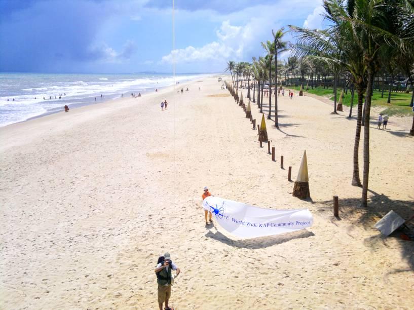 """O cenário é composto por dunas, longos trechos desertos e um mar intenso, de ondas fortes. A região, cercada por resorts e condomínios, foi valorizada graças ao movimento complexo do <a href=""""http://viajeaqui.abril.com.br/estabelecimentos/br-ce-fortaleza-atracao-beach-park"""" target=""""_self"""">Beach Park</a>, uma das grandes atrações do estado"""