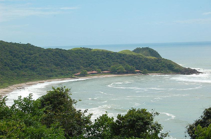 "<strong>12. Praia Vermelha, Penha</strong> Semideserta, a Praia Vermelha é uma das mais belas do litoral catarinense. <a href=""https://www.booking.com/searchresults.pt-br.html?aid=332455&lang=pt-br&sid=eedbe6de09e709d664615ac6f1b39a5d&sb=1&src=index&src_elem=sb&error_url=https%3A%2F%2Fwww.booking.com%2Findex.pt-br.html%3Faid%3D332455%3Bsid%3Deedbe6de09e709d664615ac6f1b39a5d%3Bsb_price_type%3Dtotal%26%3B&ss=Praia+Vermelha%2C+Praia+do+Rosa%2C+Santa+Catarina%2C+Brasil&checkin_monthday=&checkin_month=&checkin_year=&checkout_monthday=&checkout_month=&checkout_year=&no_rooms=1&group_adults=2&group_children=0&from_sf=1&ss_raw=Praia+Vermelha%2C+Santa+Catarina%2C+Brasil&ac_position=0&ac_langcode=xb&dest_id=256038&dest_type=landmark&search_pageview_id=06796fc6f16d00bc&search_selected=true&search_pageview_id=06796fc6f16d00bc&ac_suggestion_list_length=5&ac_suggestion_theme_list_length=0&map=1#map_opened"" target=""_blank"" rel=""noopener""><em>Busque hospedagens na Praia Vermelha no Booking.com</em></a>"