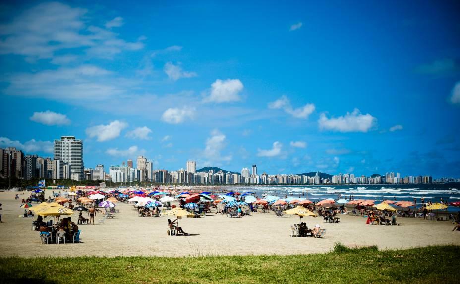 Com um fim de semana ensolarado, a praia é o principal destinos de santistas e turistas