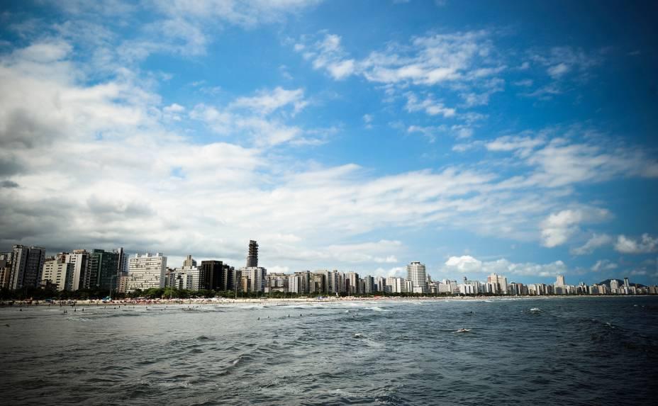 Os prédios de Santos, bem perto da orla, fazem com que a cidade se pareça com o Rio de Janeiro