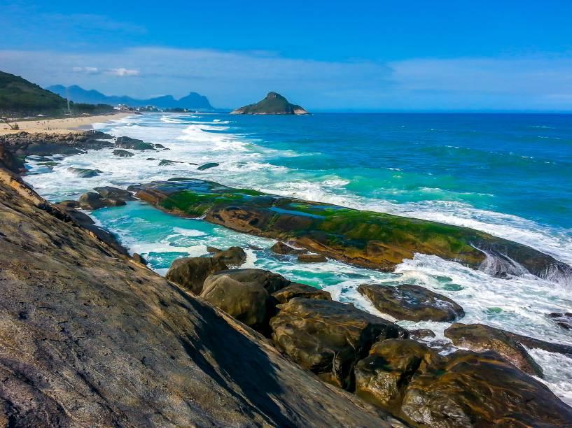 """<strong>Secreto </strong>                            Uma trilha curta e íngreme a partir da <a href=""""http://viajeaqui.abril.com.br/estabelecimentos/br-rj-rio-de-janeiro-atracao-da-macumba"""" rel=""""Praia da Macumba"""" target=""""_blank"""">Praia da Macumba</a> chega à piscina natural do Secreto. Quando a maré está baixa é possível curtir a piscina de águas claras que se forma entre as pedras"""