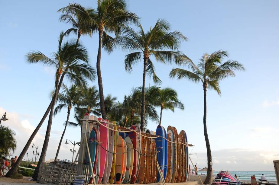 """<strong>Praia de Waikiki</strong><br />  A mais famosa das praias do Havaí fica em Honolulu: Waikiki. Seu nome significa """"águas que borbulham"""" e seus 3,2 quilômetros de extensão são o point garantido dos aficionados por surf do mundo inteiro"""