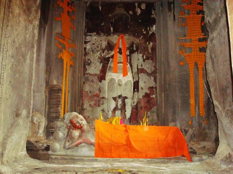 """<strong>1. Angkor Wat</strong>O templo ainda tem atividades budistas teravada sendo realizadas lá dentro. As estátuas de Buda são decoradas e """"vestidas"""" de acordo com a tradição religiosa. Muitos monges budistas de diversas partes do mundo visitam Angkor todos os anos"""