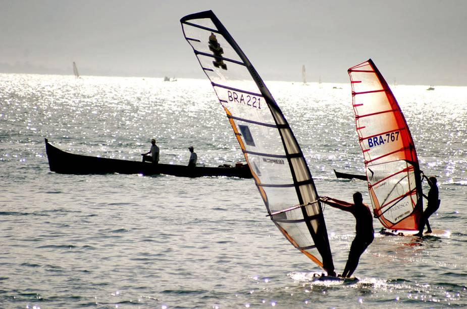 Praticantes de windsurfe na Ponta das Canas, em Ilhabela (SP)
