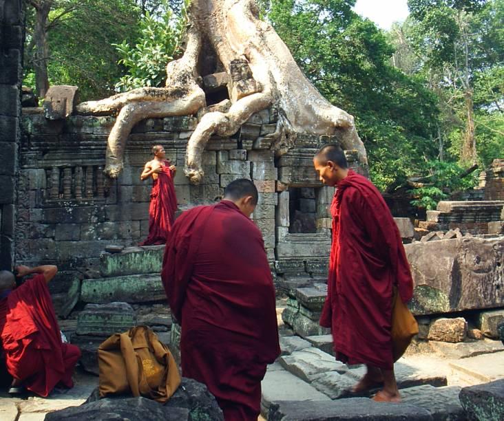 <strong>5. Preah Khan</strong>Monges budistas são frequentemente encontrados entre os turistas que visitam Angkor. Veja o tamanho das raízes das árvores em comparação com eles!
