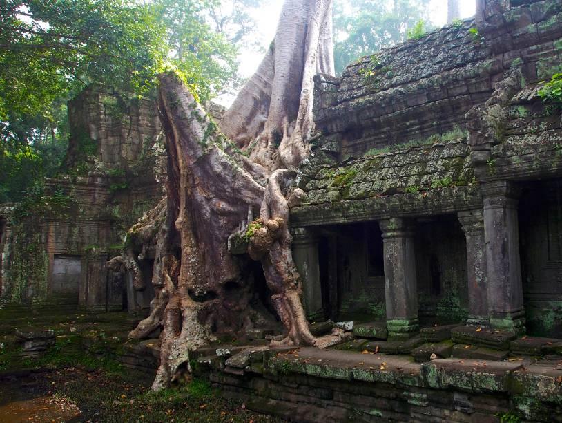 """<strong>5. Preah Khan</strong>Assim como o Ta Prohm, que fica bem próximo, o Preah Khan também está largamente destruído (e melhorado?) pela natureza luxuriante da região. Sua arquitetura é plana, bem mais simples que outros templos desta lista, mas com muitos """"puxadinhos"""" acrescentados posteriormente à sua inauguração"""