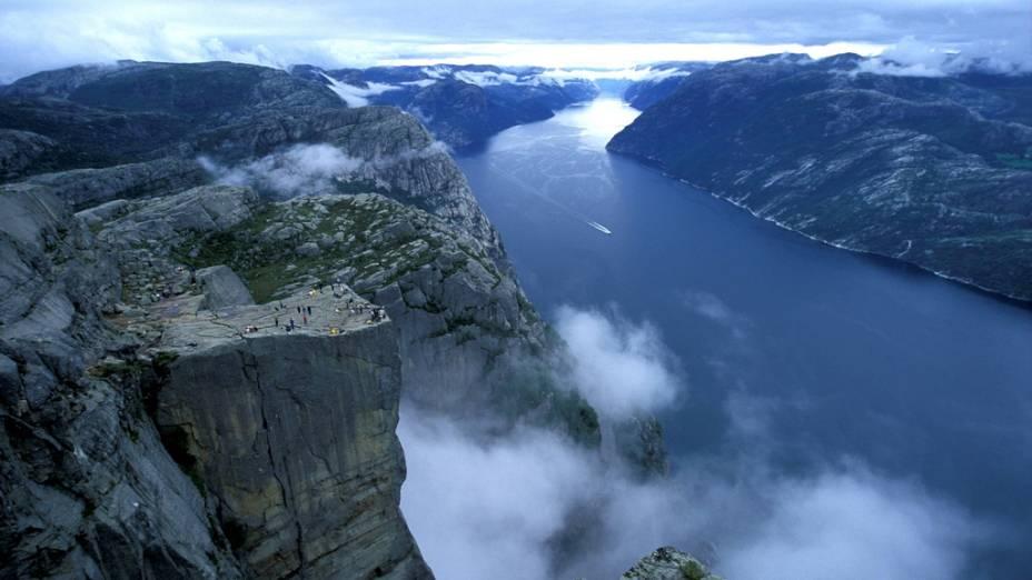 """<strong>Preikestolen, Noruega</strong>Debruçado 640 acima do fiorde de Lyse, o Preikestolen, o """"Púlpito"""", é uma das muitas belezas naturais da Noruega"""