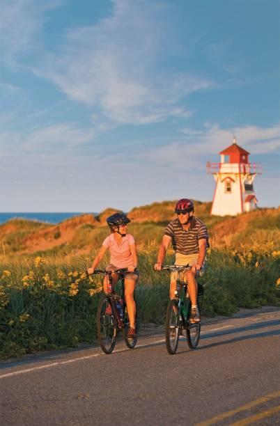 Ciclistas na costa de Prince Edward Island