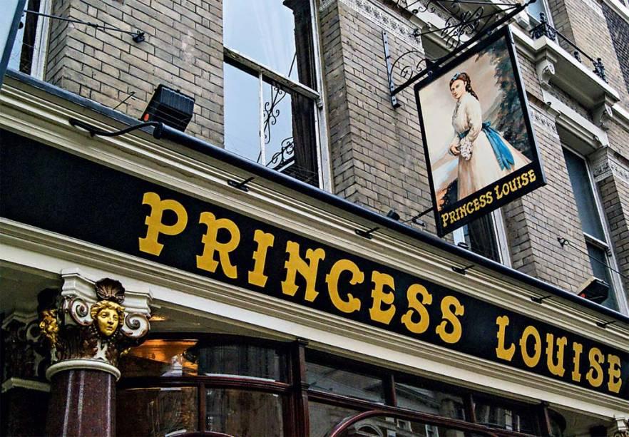"""<a href=""""http://princesslouisepub.co.uk/"""" rel=""""Princess Louise"""" target=""""_blank""""><strong>Princess Louise</strong></a>        Disparado um dos mais bonitos pubs de Londres, está em prédio de 1872 em estilo art-nouveau. Um balcão serpenteia por todo o salão, e vidros, qual biombos, criam cantos para quem prefere mais privacidade. Escadas, azulejos e claraboias embalam uma viagem no tempo enquanto se degustam cidras, ales amargas e até uma cerveja de trigo da Samuel Smith's, cervejaria do século 18. <em>208 High Holborn, Holborn</em>"""