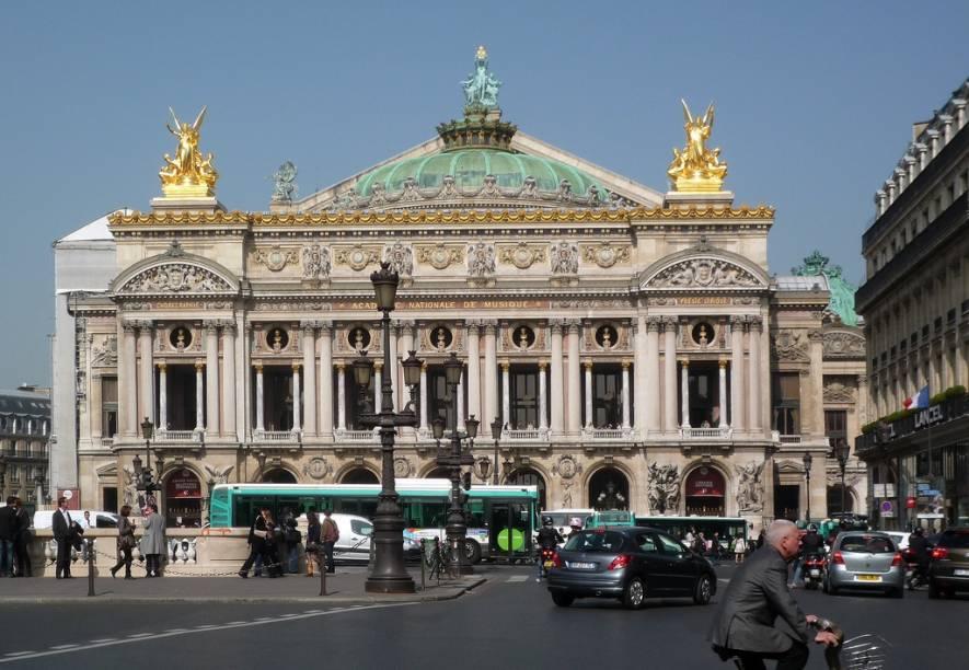 """<strong><a href=""""http://visitepalaisgarnier.fr/"""" target=""""_blank"""" rel=""""noopener"""">Palais Garnier</a>, <a href=""""http://viajeaqui.abril.com.br/cidades/franca-paris"""" target=""""_blank"""" rel=""""noopener"""">Paris</a>, <a href=""""http://viajeaqui.abril.com.br/paises/franca"""" target=""""_blank"""" rel=""""noopener"""">França</a></strong>Projetado no contexto da reforma urbana do Segundo Império, o edifício neobarroco foi encomendado pelo imperador Napoleão III ao arquiteto Charles Garnier - e inspirou o cenário descrito pelo escritor Gaston Leroux em <em>O Fantasma da Ópera</em>. Inaugurada durante a Terceira República, em 5 de Janeiro de 1875, a construção monumental foi considerada uma das grandes obras primas da arquitetura francesa e abriga a companhia da <a href=""""http://www.operadeparis.fr/"""" target=""""_blank"""" rel=""""noopener"""">Ópera Nacional de Paris</a>. Sua programação inclui concertos, apresentações de ballet e exposições temáticas"""