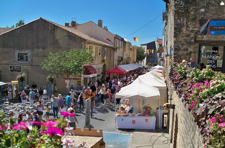 Uma ruela medieval. Tem aos montes. Essa aí é em Châteauneuf-du-Pape