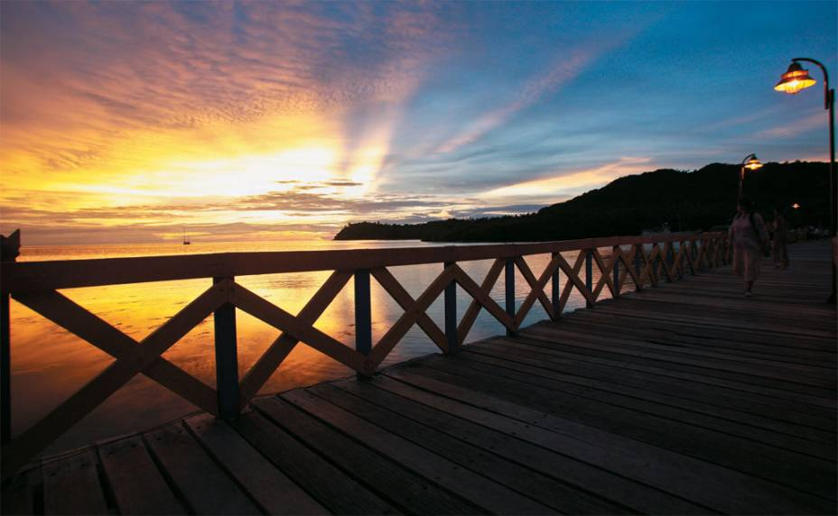 Menos explorada pelo turismo, Providencia provoca no visitante a sensação de estar em uma ilha quase deserta, conectada à ilhota de Santa Catalina, uma porção de terra de 1 quilômetro quadrado. A <strong>Puente de los Enamorados</strong>, na foto, fica entre as duas cidades.