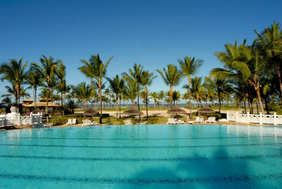 Vista da piscina semi-olímpica do Hotel Transamérica Ilha de Comandatuba, na Bahia