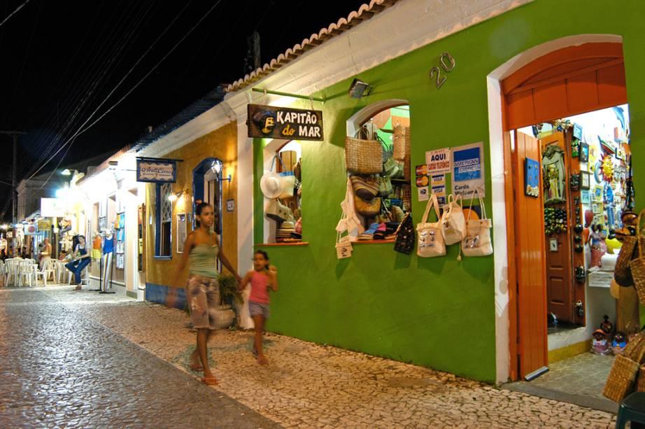 Um dos principais cartões-postais da cidade, a Passarela do Álcool abriga lojas de artesanato, restaurantes e butiques