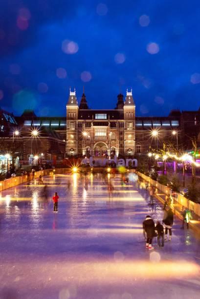 No inverno, o espelho dágua em frente ao Rijksmuseum transforma-se em pista de patinação no gel