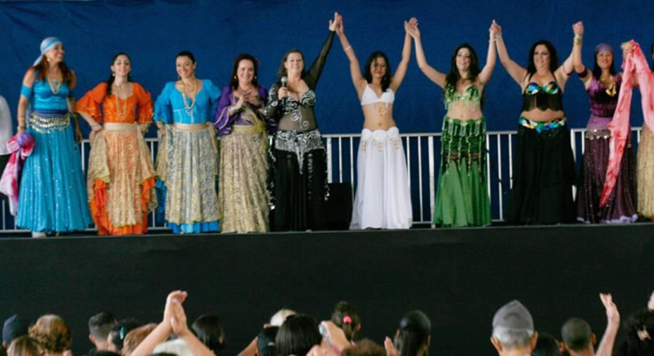 Companhia Souham Danças Árabes anima o público naFesta de Flores e Morangos de Atibaia, em São Paulo
