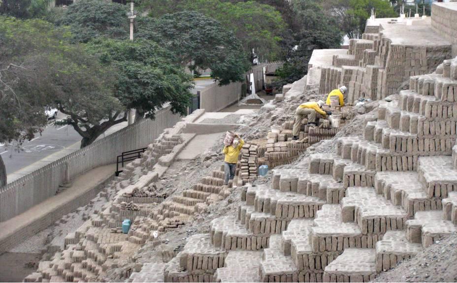 Uma equipe de 25 operários dá prosseguimento aos trabalhos de limpeza e escavação
