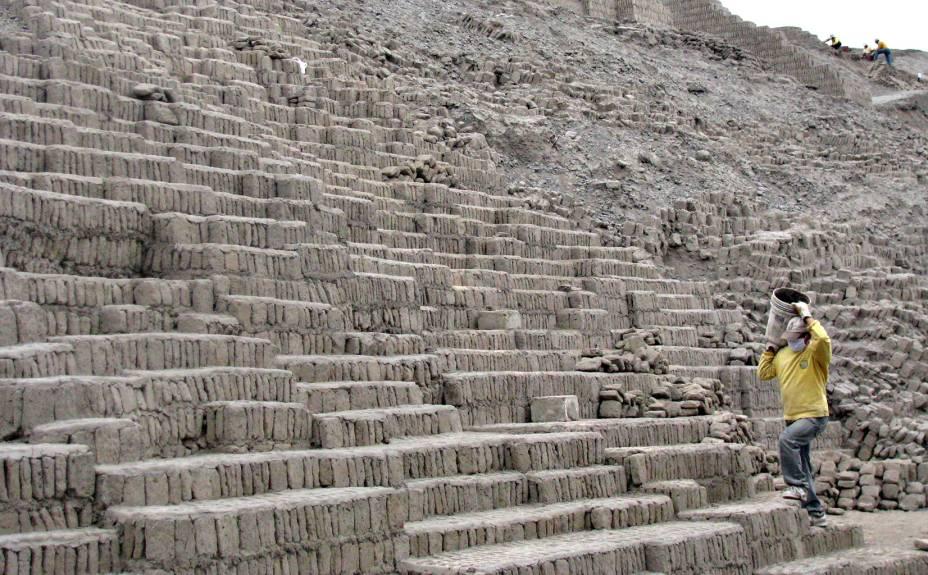 Oito arqueólogos se dedicam à catalogação e registro da história na Huaca Pucllana