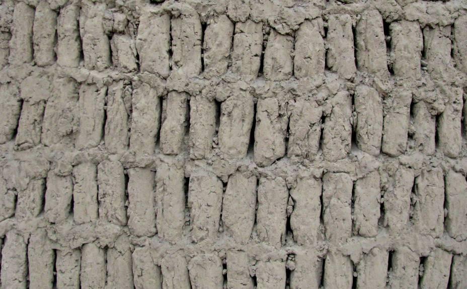 """Detalhe de parede na Huaca Pucllana: técnica de construção, chamada de """"librería"""", emprega milhares de tijolinhos de adobe dispostos como livros numa estante, mas com uma distância de um dedo entre eles, para evitar desmoronamento em caso de terremotos"""