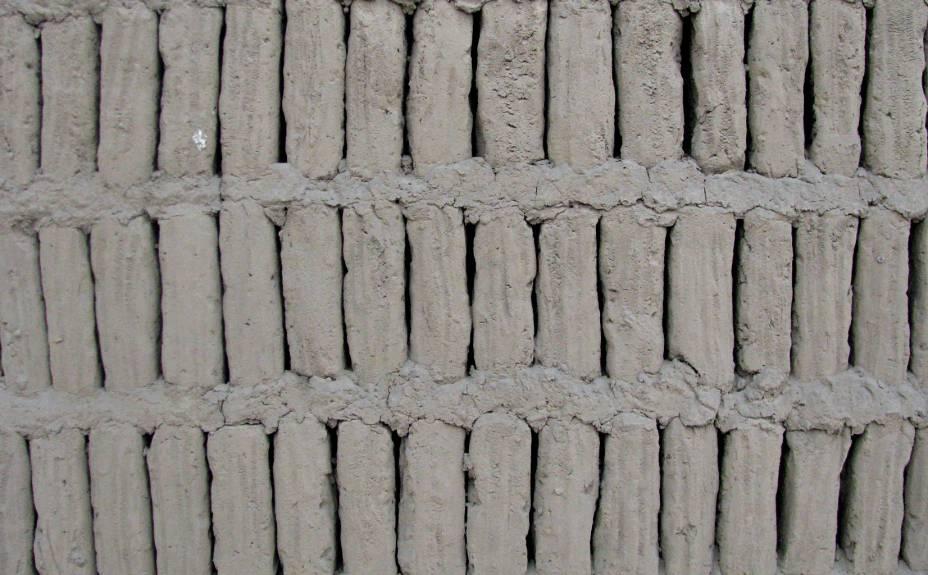 """Detalhe de parede reconstituída na Huaca Pucllana: uso da técnica de construção antissísmica chamada de """"librería"""", em que milhares de tijolinhos de adobe são dispostos como livros numa estante"""