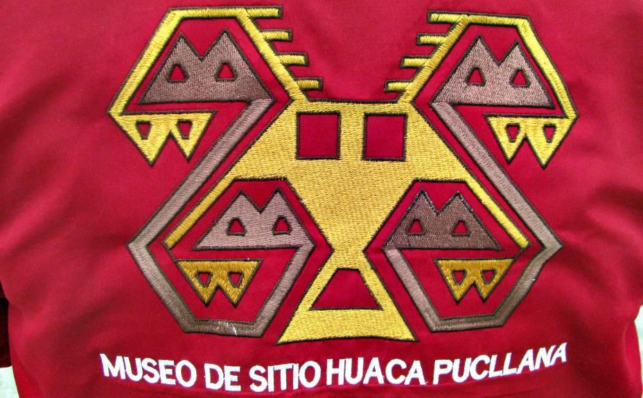 Símbolo da Huaca Pucllana estampado na jaqueta do guia