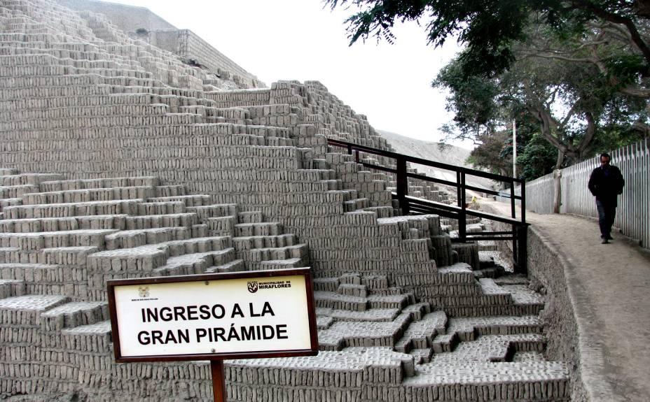 A grande pirâmide de Huaca Pucllana alcança 25 metros de altura, equivalente a um prédio de dez andares