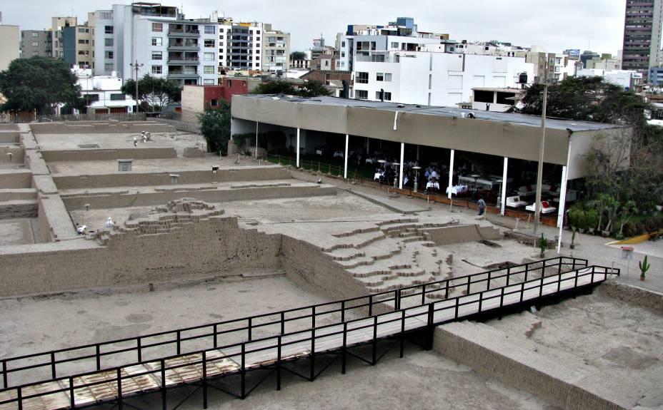 Passarela dá acesso ao restaurante instalado no sítio arqueológico