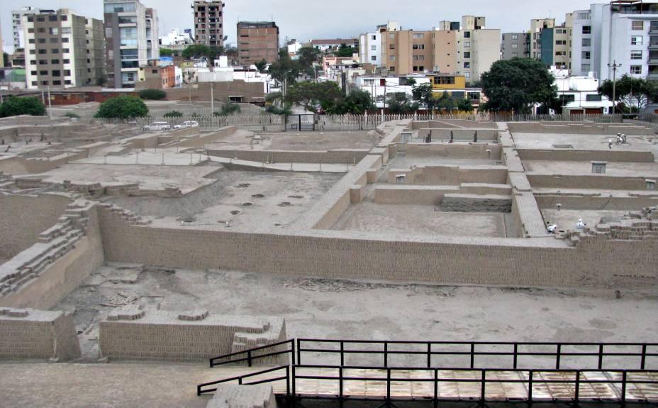 Uma avenida foi aberta no meio do sítio arqueológico, em pleno bairro de Miraflores