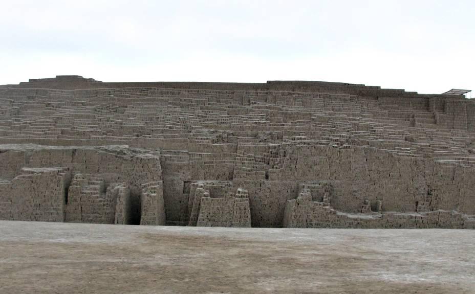 Vista lateral da grande pirâmide feita de milhares de tijolinhos de barro sobrepostos