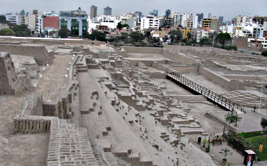 Os prédios modernos de Miraflores (ao fundo) colorem o horizonte da grande pirâmide de Huaca Pucllana