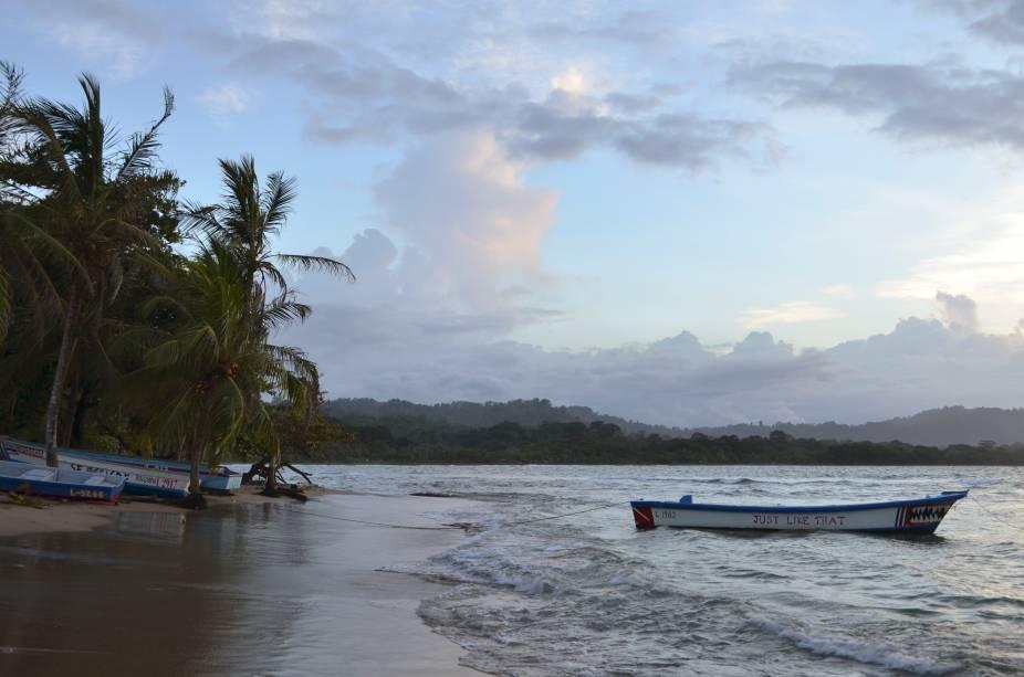 <strong>Puerto Viejo de Talamanca</strong> é a porta de entrada para as praias do <strong>sudeste caribenho</strong> na Costa Rica, quase na fronteira com o Panamá. Costumava ser um assentamento de pescadores até ser descoberto primeiro por surfistas e depois pelos hippies, que fizeram dali sua morada.Basta se afastar alguns metros das barracas de bambu tocando reggae ou reggaeton para encontrar restaurantes locais onde cozinheiras experientes preparam apimentados ensopados caribenhos, fazendas de frutas que atraem pássaros cantadores e praias ideais para o surfe e uma soneca.