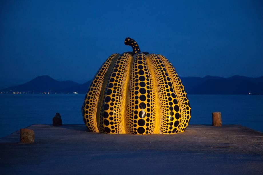 A escultura de abóbora de Yayoi Kusama foi projetada especificamente para o local. Ela é hoje o cartão-postal da ilha