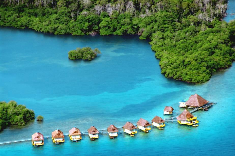 """<strong><a href=""""http://www.booking.com/hotel/pa/punta-caracol-acqua-lodge.pt-br.html?aid=332455&label=viagemabril-hoteisflutuantes"""" rel=""""Punta Caracol Acqua Lodge"""" target=""""_blank"""">Punta Caracol Acqua Lodge</a> – Bocas del Toro (Panamá)</strong>Em pleno mar do Caribe está o Punta Caracol Acqua Lodge, um hotel formado por nove cabanas flutuantes que se conectam por meio de um longo deque em Bocas del Toro, no Panamá."""